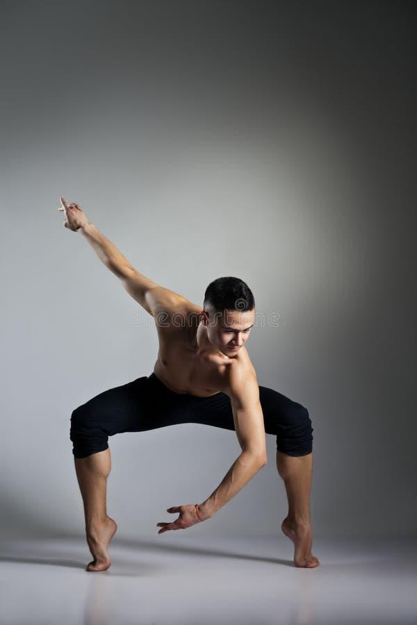 Giovane e ballerino di balletto moderno alla moda immagini stock libere da diritti