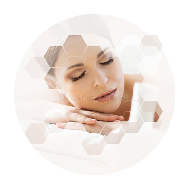 Giovane e bella donna in stazione termale Collage con le tessere del favo Massaggio e concetto curativo immagini stock