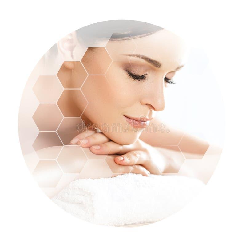Giovane e bella donna in stazione termale Collage con le tessere del favo Massaggio e concetto curativo fotografie stock
