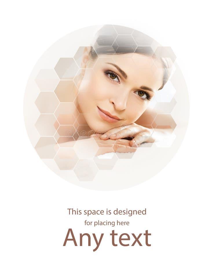 Giovane e bella donna in stazione termale Collage con le tessere del favo Massaggio e concetto curativo fotografia stock libera da diritti