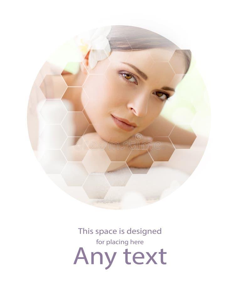 Giovane e bella donna in stazione termale Collage con le tessere del favo Massaggio e concetto curativo fotografia stock