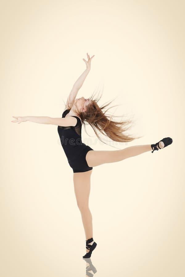 Giovane e bello ballerino che posa nello studio isolato immagine stock