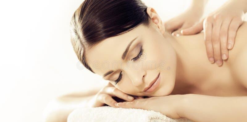 Giovane e donna in buona salute nel salone della stazione termale Massag svedese tradizionale fotografie stock libere da diritti