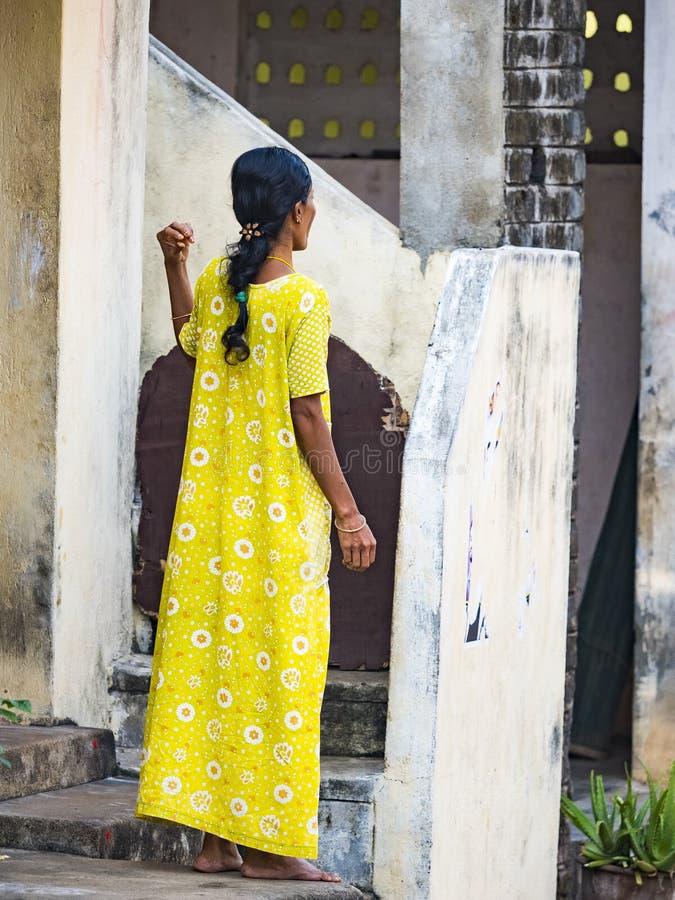 Giovane e donna elegante in saree indiano sulle vie del villaggio, India Donna che posa in vestiti indiani tradizionali Vista da fotografie stock libere da diritti
