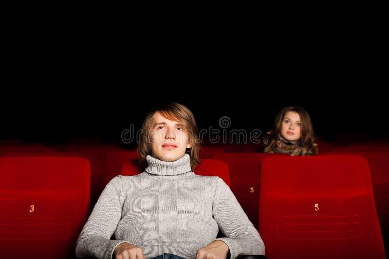 Giovane e donna nel cinematografo immagini stock