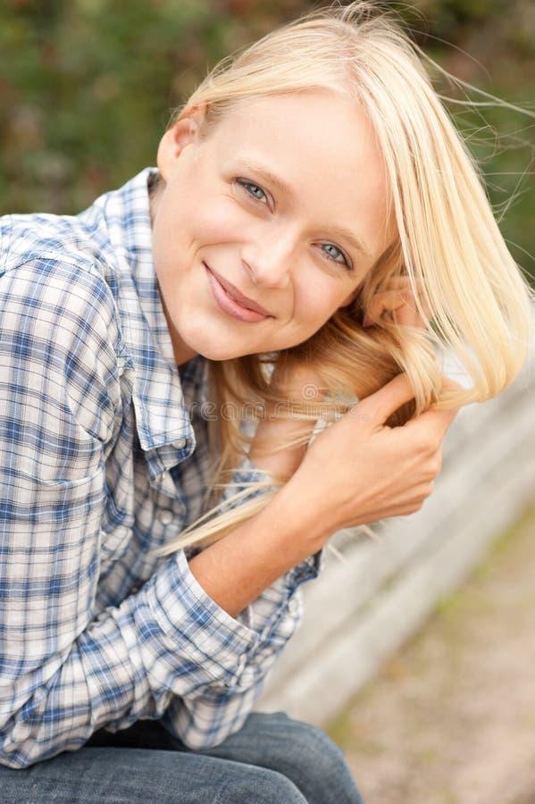 Giovane e donna sorridente immagini stock libere da diritti