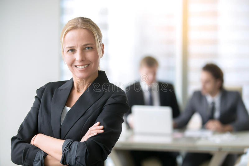 Giovane e signora felice di affari immagini stock libere da diritti