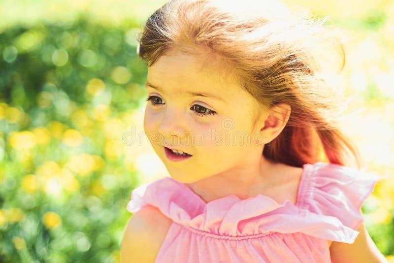 Giovane e spensierato fronte e skincare Allergia ai fiori primavera piccolo bambino di previsioni del tempo Bellezza naturale immagini stock libere da diritti