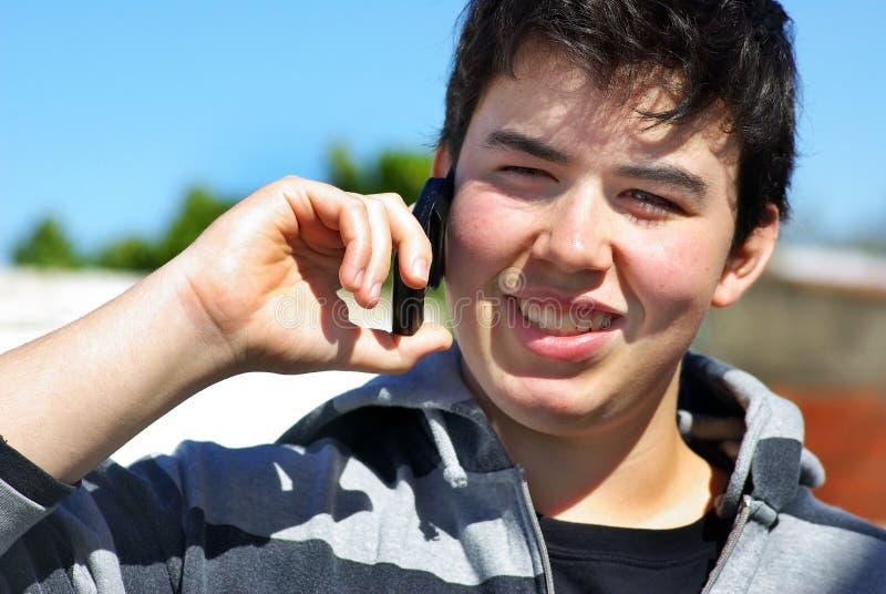 Giovane e telefono del mobil. immagini stock