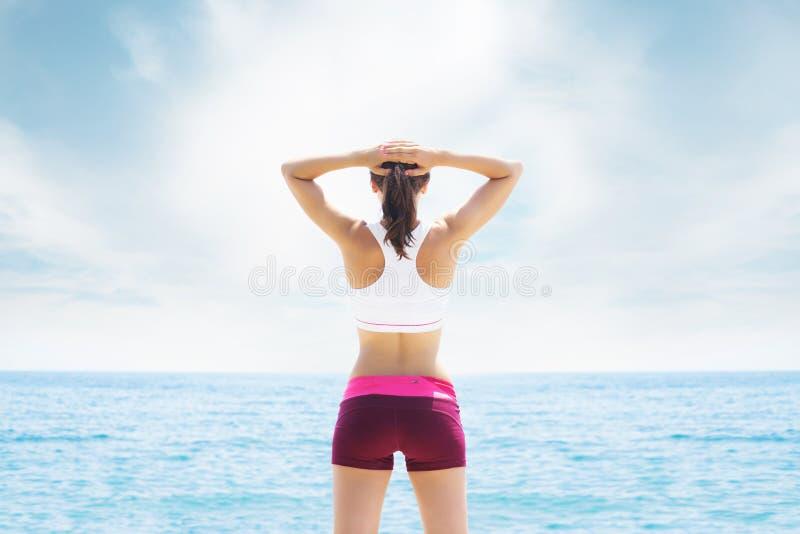 Giovane ed addestramento sportivo della donna nella palestra all'aperto Forma fisica, sport e sanità fotografie stock libere da diritti