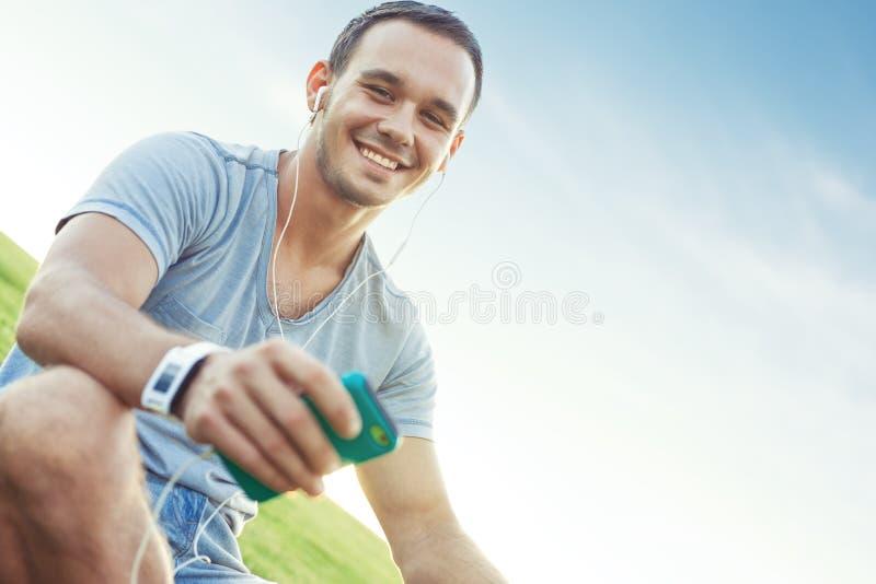 Giovane ed uomo bello con lo smartphone mobile immagini stock libere da diritti