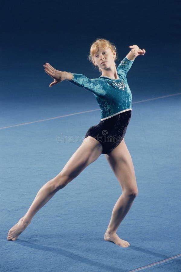 Giovane effettuazione del gymnast immagine stock libera da diritti
