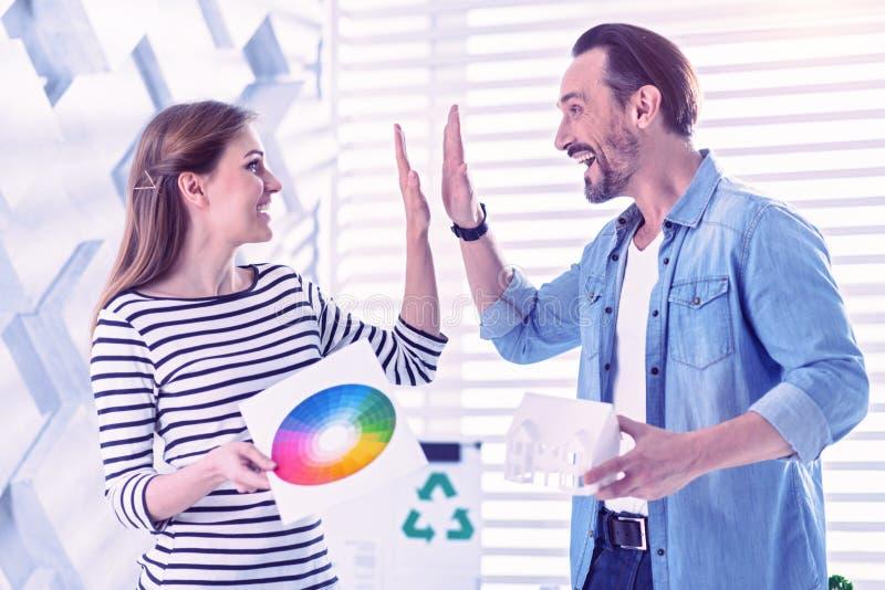 Giovane emozionante che dà cinque alla donna ed a sorridere felici immagine stock