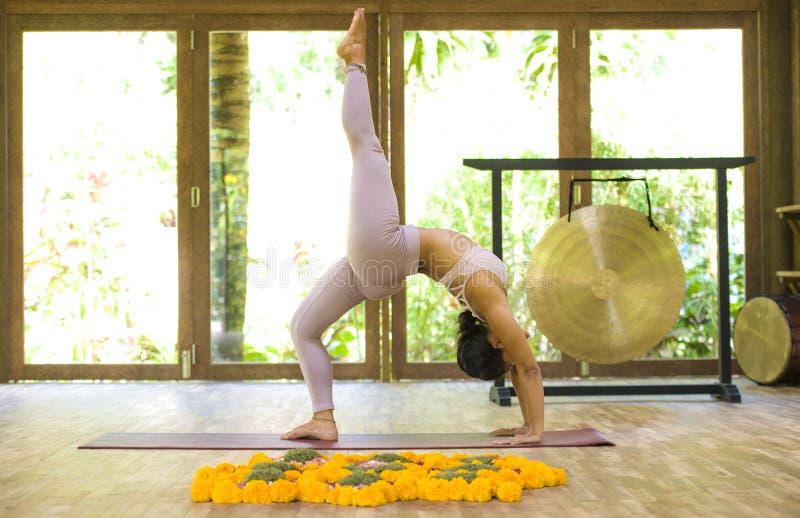 Giovane esercizio di pratica di yoga di acro della donna indonesiana asiatica attraente ed in buona salute dell'acrobata nella po fotografie stock libere da diritti