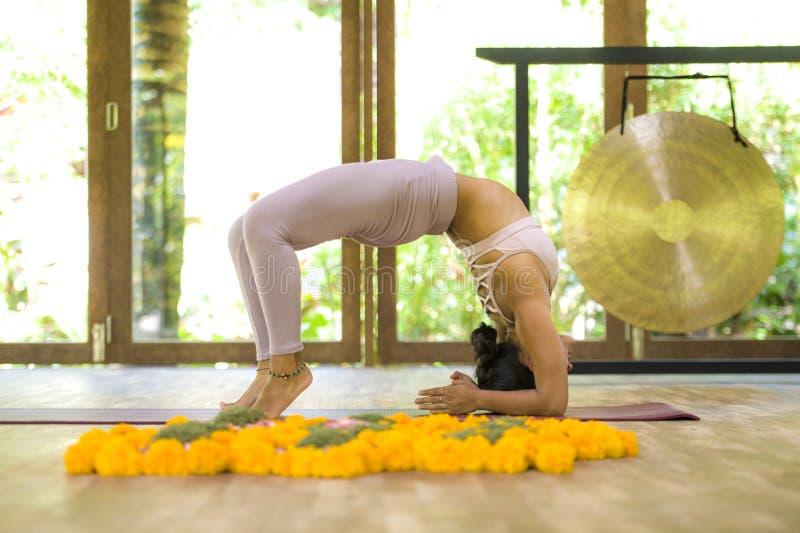 Giovane esercizio di pratica di yoga di acro della donna indonesiana asiatica attraente ed in buona salute dell'acrobata nella po immagine stock libera da diritti