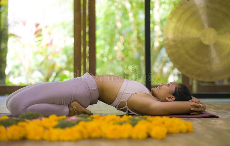 Giovane esercizio di pratica di yoga di acro della donna indonesiana asiatica attraente ed in buona salute dell'acrobata nella po immagini stock