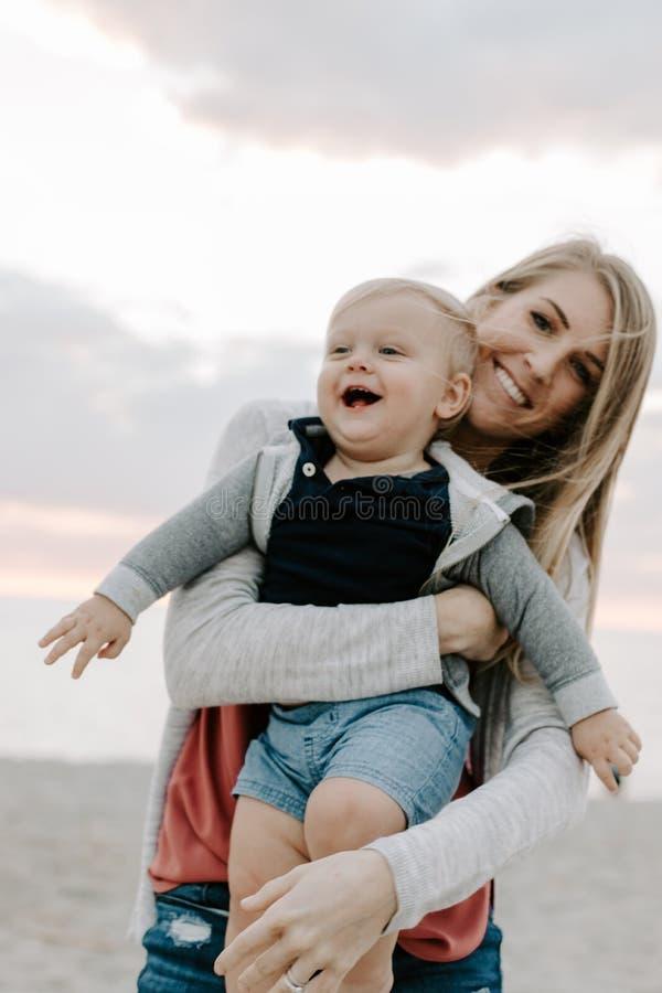 Giovane famiglia adorabile perfetta del figlio del bambino del bambino e della madre che ride, sorridente e tenente uno un altro  immagini stock libere da diritti