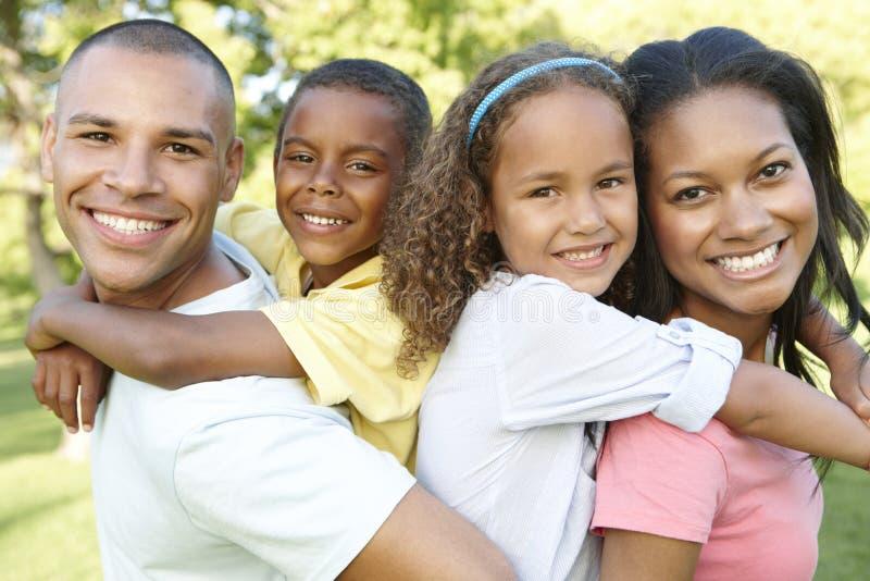 Giovane famiglia afroamericana che si rilassa nel parco immagine stock