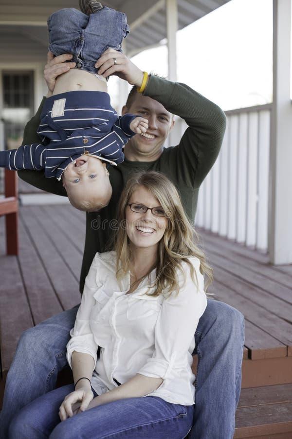 Giovane famiglia allegra immagine stock