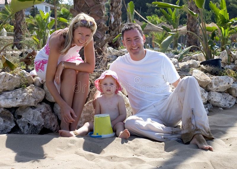 Giovane famiglia attraente sulla vacanza in Spagna fotografie stock libere da diritti