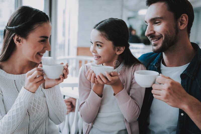 Giovane famiglia Caffè felice insieme Gente sorridente immagini stock libere da diritti