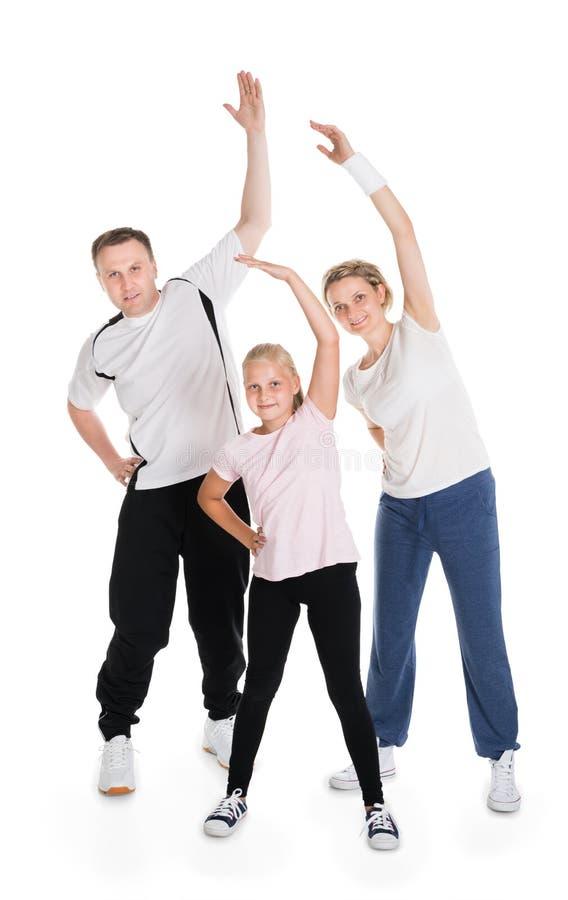 Giovane famiglia che fa insieme forma fisica fotografia stock