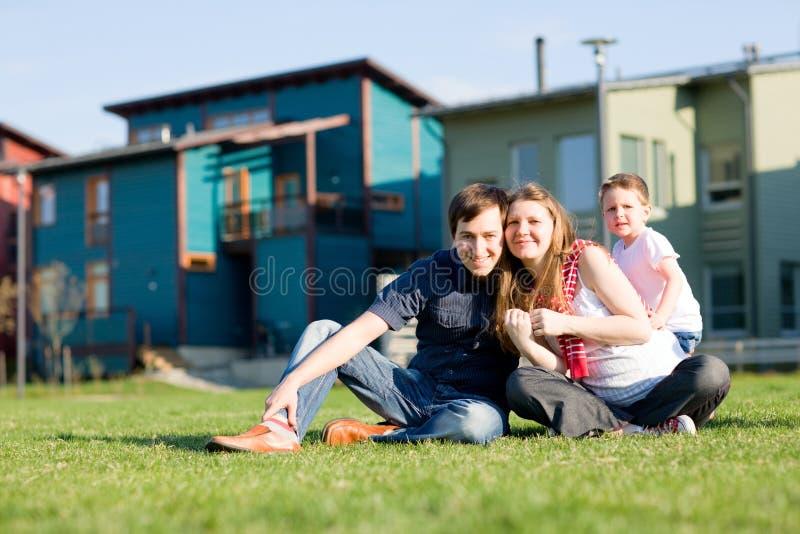 Giovane famiglia che ha divertimento