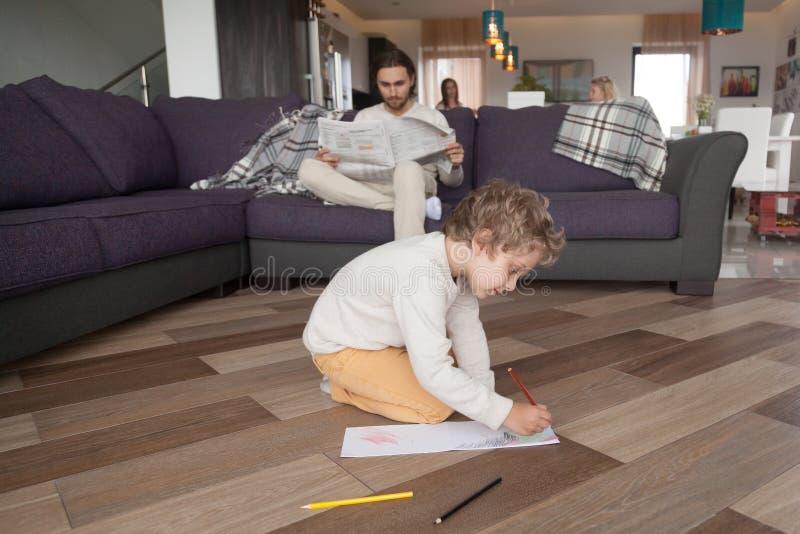 Giovane famiglia con i bambini a casa nel fine settimana immagine stock