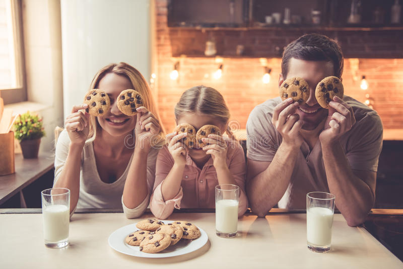 Giovane famiglia in cucina fotografia stock