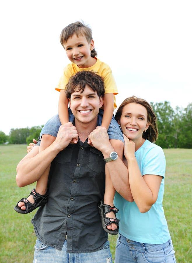 Giovane famiglia felice immagine stock