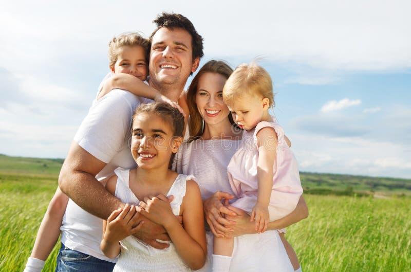 Giovane famiglia felice con tre bambini fotografia stock libera da diritti