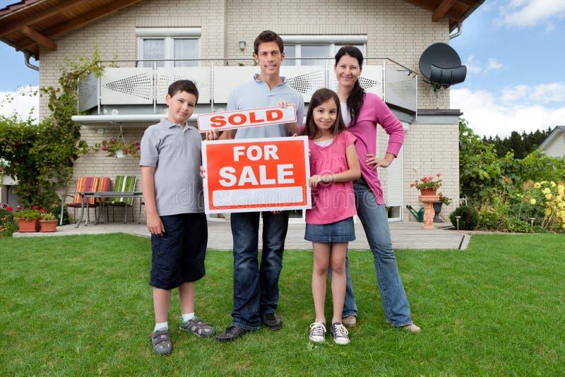 Giovane famiglia felice di comprare una casa fotografie stock