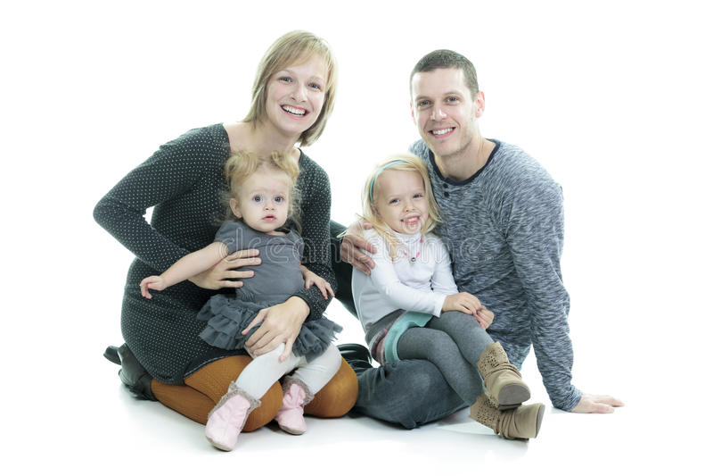 Giovane famiglia felice isolata su priorità bassa bianca fotografia stock libera da diritti