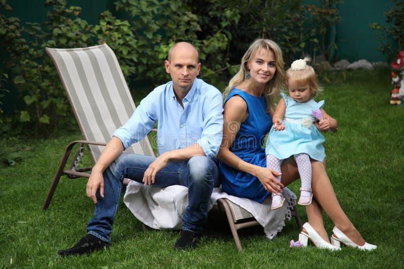 Giovane famiglia felice Papà, mamma e piccola bella figlia fotografia stock libera da diritti