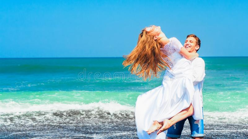 Giovane famiglia felice sulla festa della spiaggia di luna di miele immagine stock