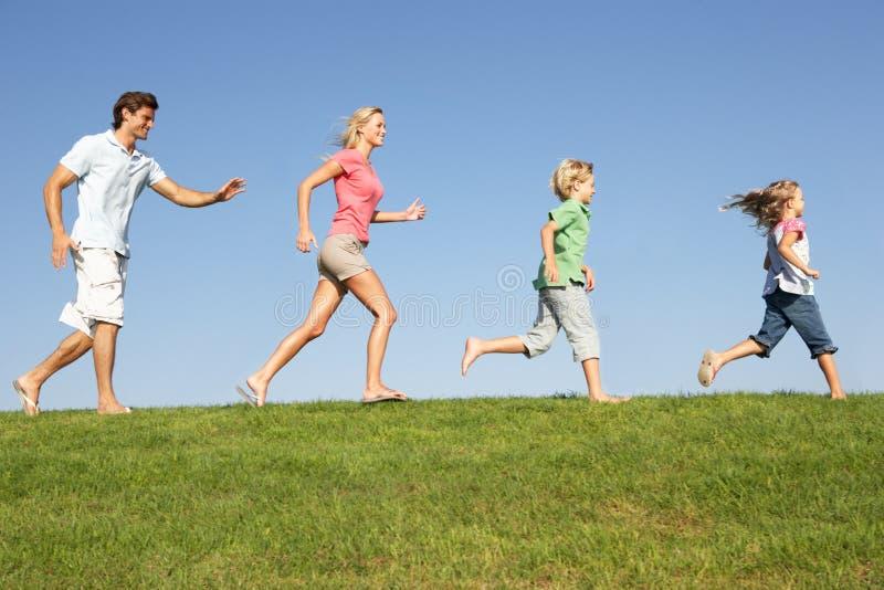 Giovane famiglia, genitori con i bambini immagini stock