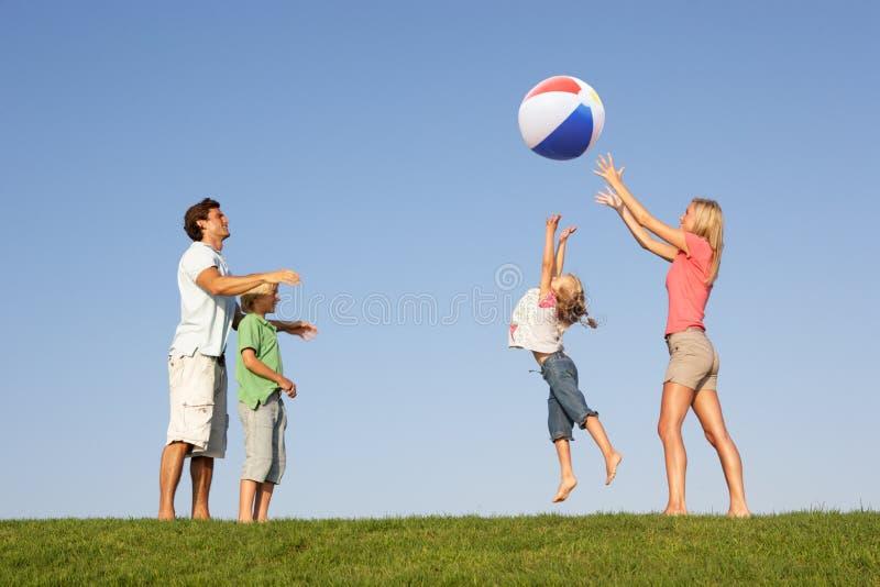 Giovane famiglia, genitori con i bambini, immagine stock libera da diritti
