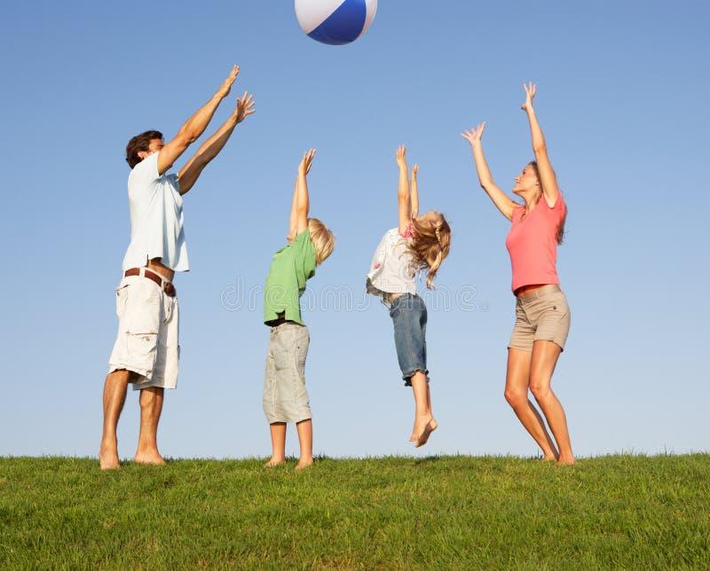 Giovane famiglia, genitori con i bambini fotografia stock