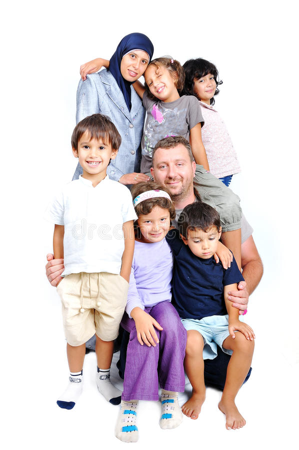 Giovane famiglia musulmana con molti membri isolati immagini stock