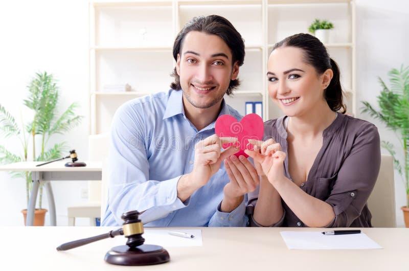 Giovane famiglia nel concetto di divorzio di matrimonio fotografia stock