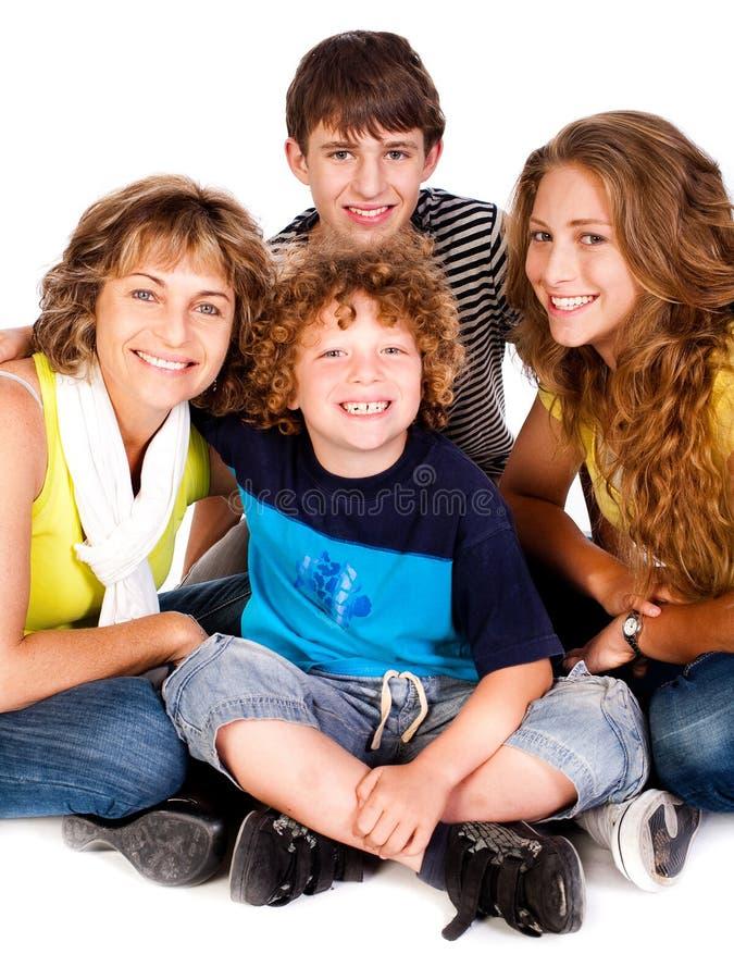 Giovane famiglia sorridente felice con due ragazzi fotografia stock libera da diritti