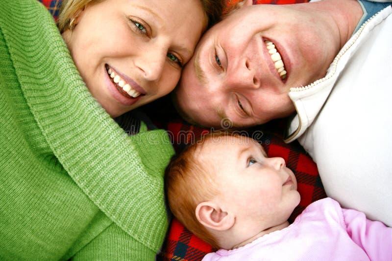 Giovane famiglia sulla coperta fotografie stock libere da diritti