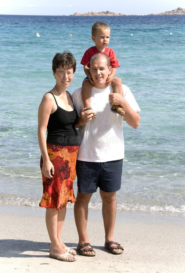 Giovane famiglia sulla spiaggia fotografia stock