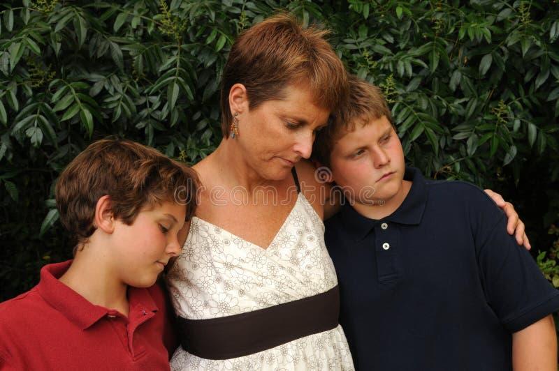 Giovane famiglia triste immagine stock