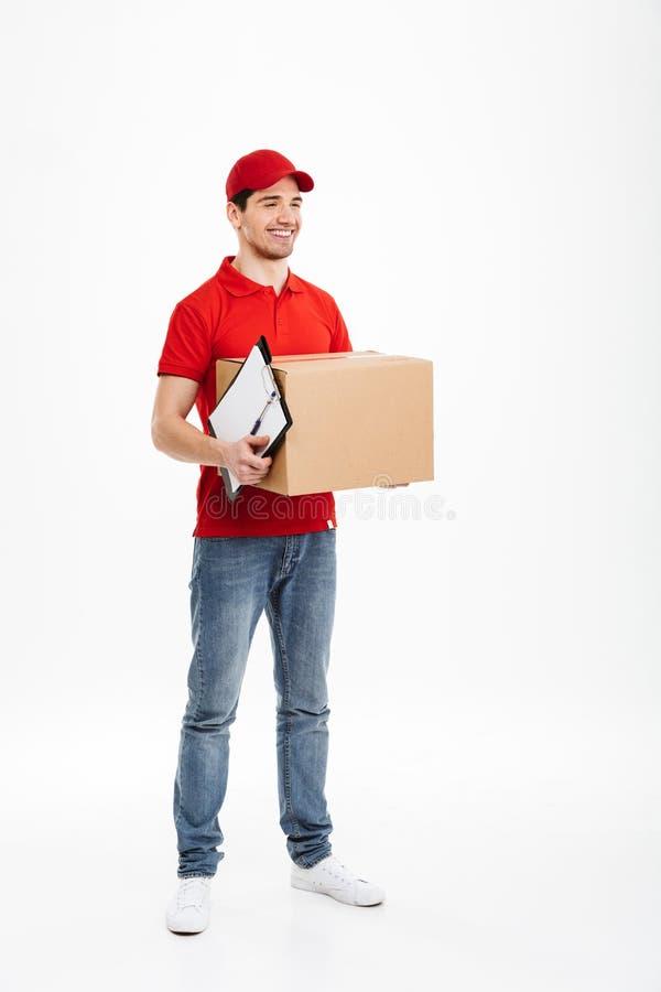 Giovane fattorino bello con la scatola del servizio pacchi postali fotografia stock libera da diritti