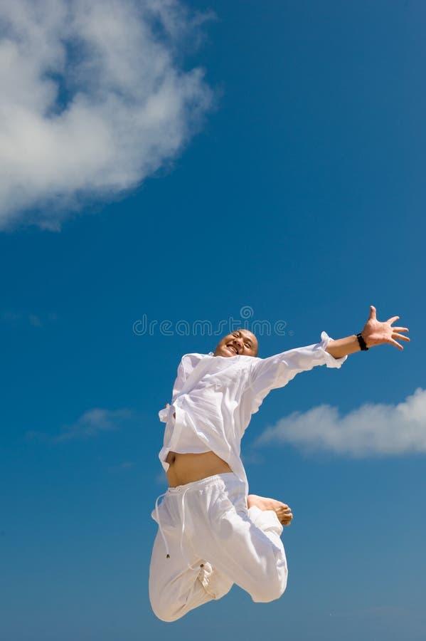 Giovane felice che salta con l'eccitamento fotografie stock