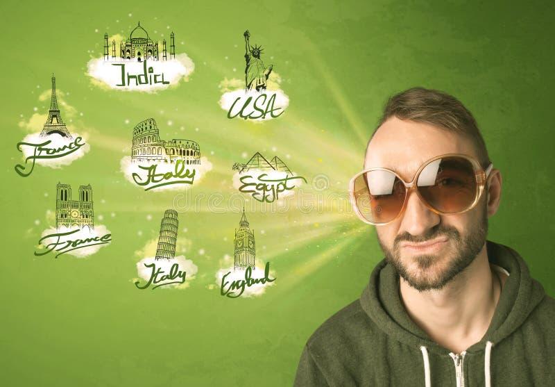 Giovane felice con gli occhiali da sole che viaggiano alle città intorno a w fotografie stock