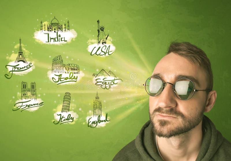 Giovane felice con gli occhiali da sole che viaggiano alle città intorno a w immagine stock libera da diritti