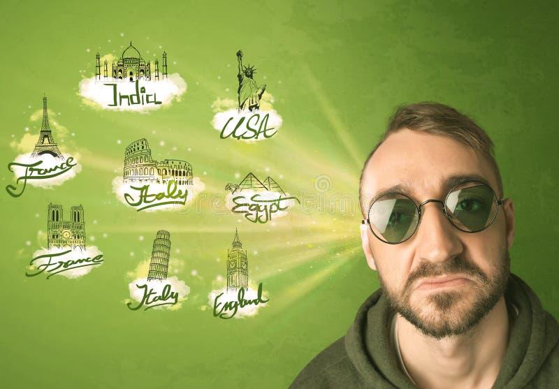 Giovane felice con gli occhiali da sole che viaggiano alle città intorno a w immagini stock libere da diritti