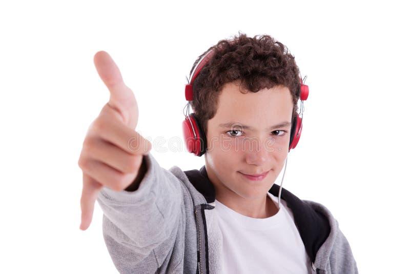 Giovane felice con le cuffie rosse ed il pollice in su fotografie stock libere da diritti